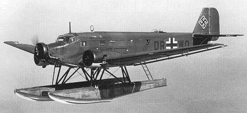 Транспортный самолет Люфтваффе на поплавковом шасси Юнкерс Ju-52/3m в полете
