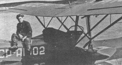 Бортмеханик Валавин сидит на амфибии Ш-2