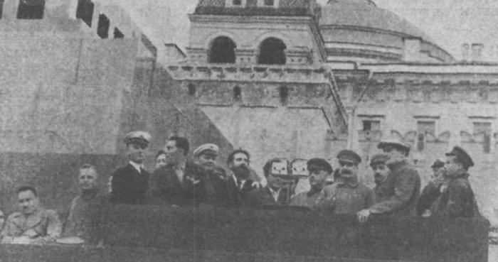 Руководители партии и правительства СССР на трибуне мавзолея вместе с челюскинцами