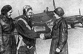 Майор Казаринова (справа) и комиссар Куликова поздравляют В. Хомякову.