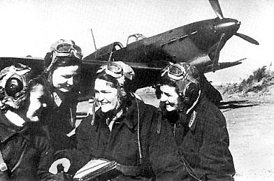 Лётчицы 586-го ИАП. Галина Бурдина, Тамара Памятных, Валерия Хомякова, Валентина Лисицына ( слева направо ) после полёта, 1942 год